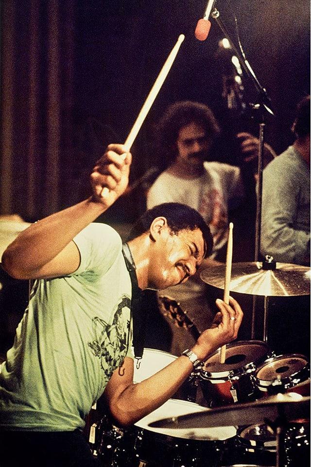 Jack DeJohnette am Schlagzeug, mit geschlossenen Augen spielend.
