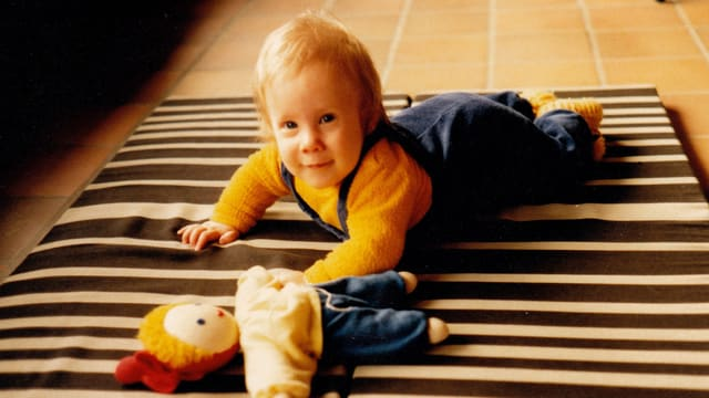 Stefan Siegenthaler als Baby auf dem Bauch.