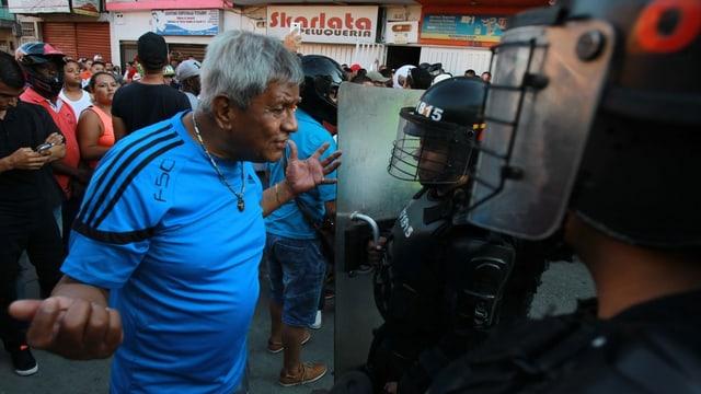 Demonstrant geht auf Streitkräfte zu.