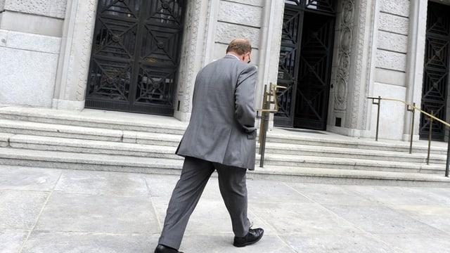 Der Verurteilte auf dem Weg ins Bezirksgericht Zürich im Sommer 2012