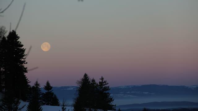 Blick von der milden Lüderenalp am Montagmorgen ins kalte, teils nebelverhangene Emmental.