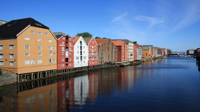 Der Fluss Nidelva mit den berühmten alten Speicherhäusern im Zentrum von Trondheim.