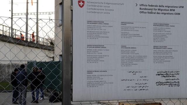 Ein Schild vom BFM vor einem Empfangszentrum in Chiasso.