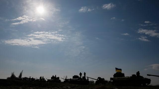 Ein Konvoi der ukrainischen Armee bereitet sich auf den Abzug aus der Region um Debaltsewe vor