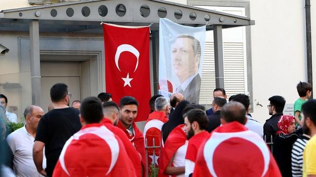Demonstranten, Erdogan-Plakat