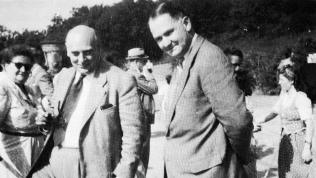 Johann Giesen (links) zusammen mit Werner Oswald zeigt.