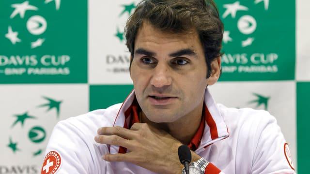 Roger Federer gibt an einer Pressekonferenz Auskunft.