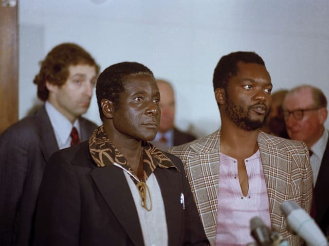Junger Robert Mugabe mit unbekanntem Begleiter.