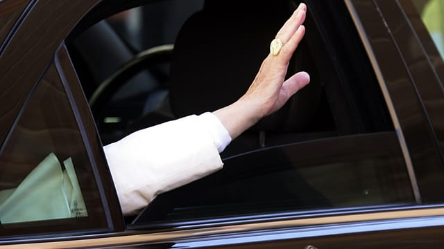 Die Hand von Papst Benedikt XVI. winkt aus einem Autofenster
