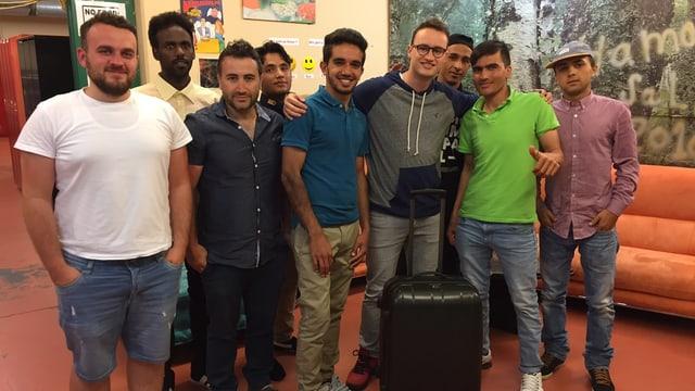 Gruppenfoto von jungen Männern in Asylunterkunft