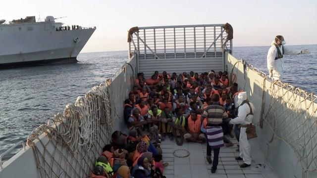 Ein Rettungsboot voller Flüchtlinge auf dem Mittelmeer.