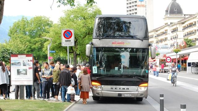 Reisecar lässt Leute auf dem Höheweg Interlaken einsteigen