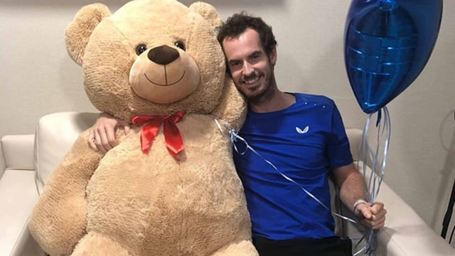 Murray mit einem Teddybär.