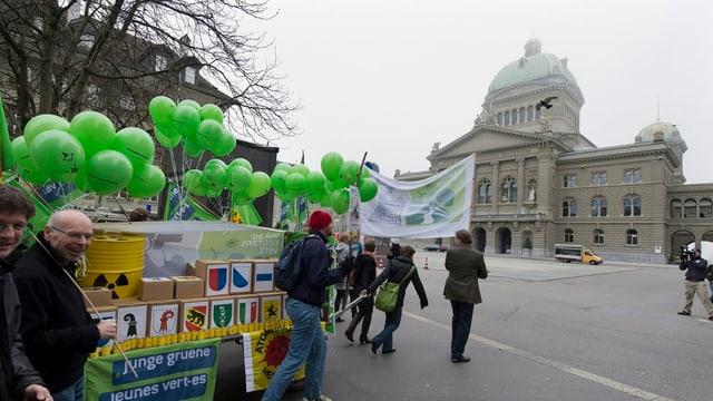 Grüne reichen Atomausstiegsinitiative in Bern ein.
