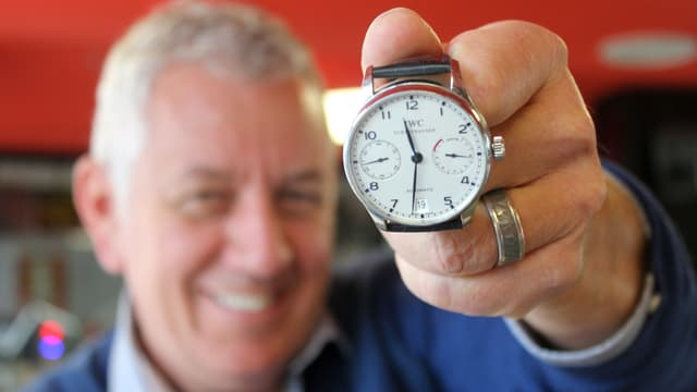 Röbi Koller zeigt seine Uhr.