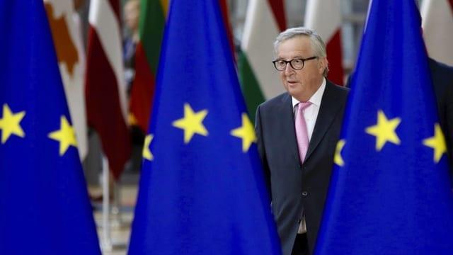 Juncker e trasi bandieras da l'UE.