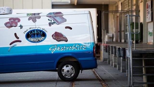 Il maletg mussa in auto da Carna Grischa avant la firma.
