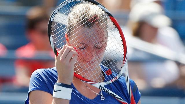 Petra Kvitova hält sich nach der Niederlage das Racket vors Gesicht.