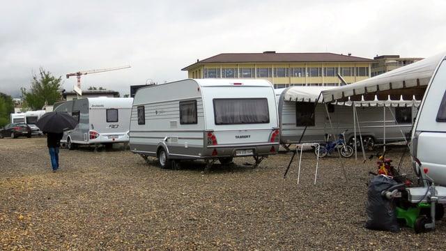 Wohnwagen auf einem Gelände.