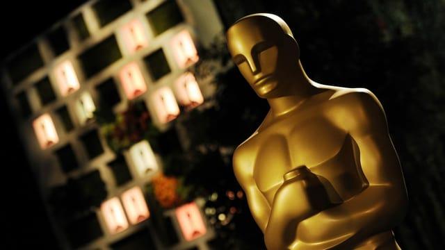 Goldene Oscar-Statue in der rechten Bildhälfte