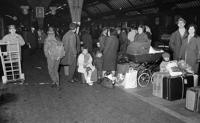 Italienische Familien warten mit ihrem Reisegepäck auf dem Gleis am Hauptbahnhof Zürich.