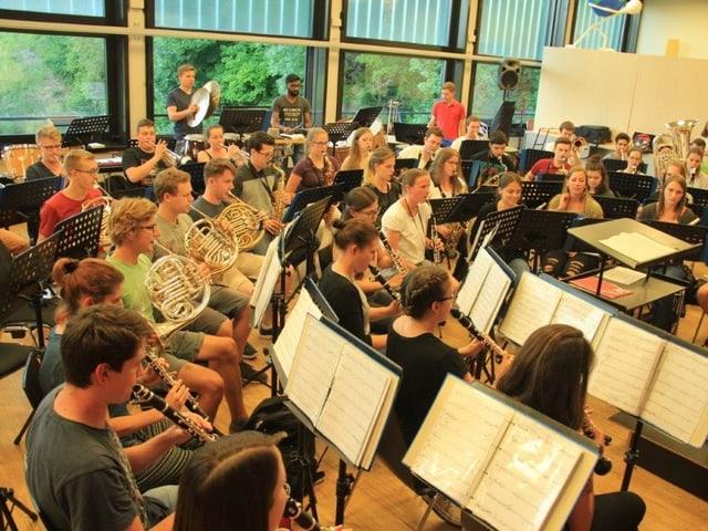 Die Jugendstadtmusik Zürich sitzt in Orchesterform beim Proben.