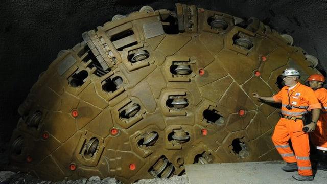 Bohrmaschine im Tunnel mit Bauarbeitern