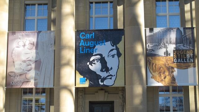 Eingang zum Museum mit Plakaten