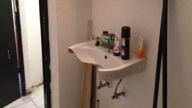 Ein kaputtes Waschbecken.