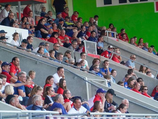 Zuschauer ohne Masken bei einem Testspiel des FC St. Gallen.