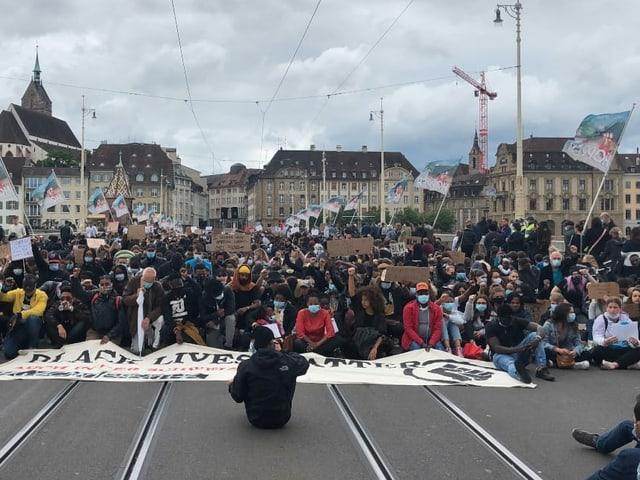 Demonstrierende sitzen auf der Rheinbrücke