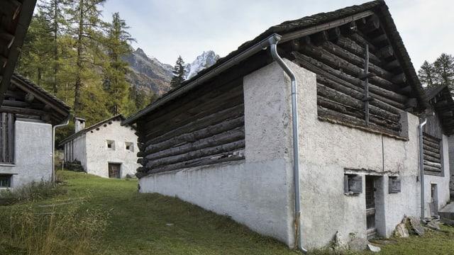 Gebäude aus Holz und Stein stehen dicht beieinander.