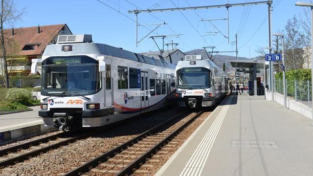 Bahnhof mit zwei Zügen