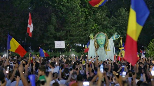 Protests encunter la regenza e corrupziun a Bucarest.