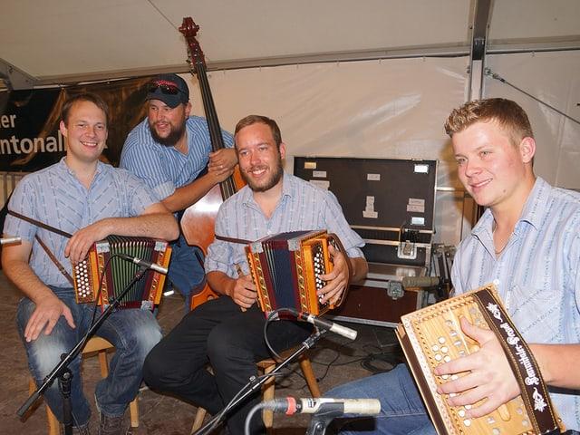 Drei Schwyzerörgeler und ein Bassist.