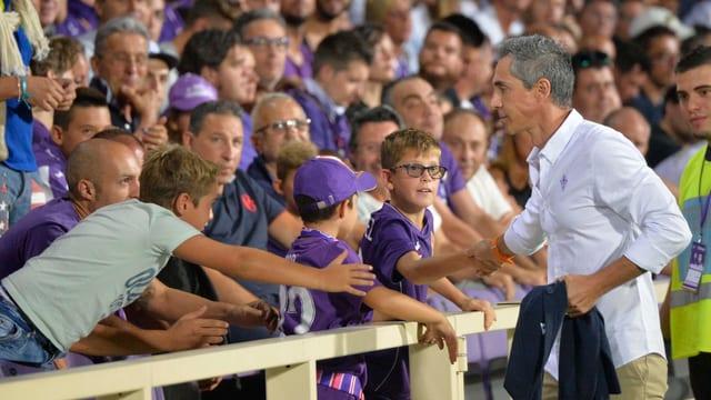 Fiorentina-Trainer Paulo Sousa klatscht mit den Fans ab.
