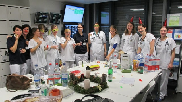 Etwas mehr Zeit, um mit Mineralwasser zu feiern: Das Team im Erwachsenen-Notfall des Berner Inselspitals.