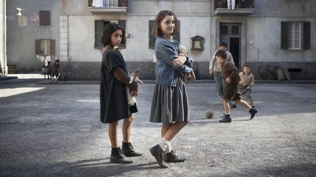 Die beiden Mädchen vor karger Quartierkulisse.