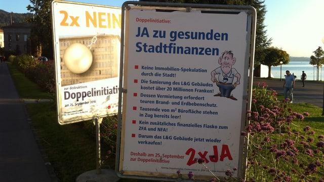 Plakate der Gegner und der Befürworter in der Stadt Zug.