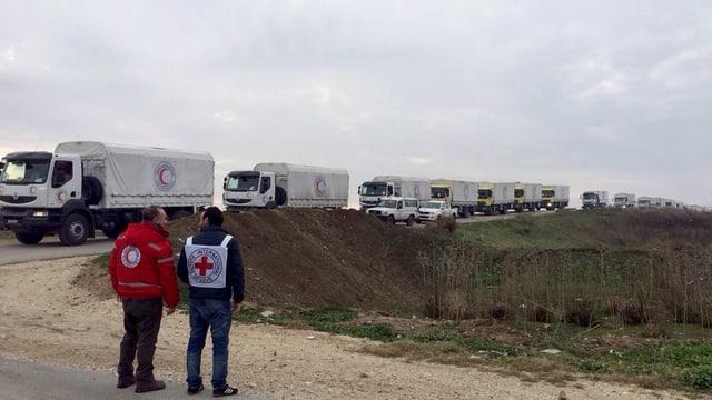 Il convoi da camiuns dal Comité internaziunal da la Crusch Cotschna sin via tranter Damascus e Madaja.