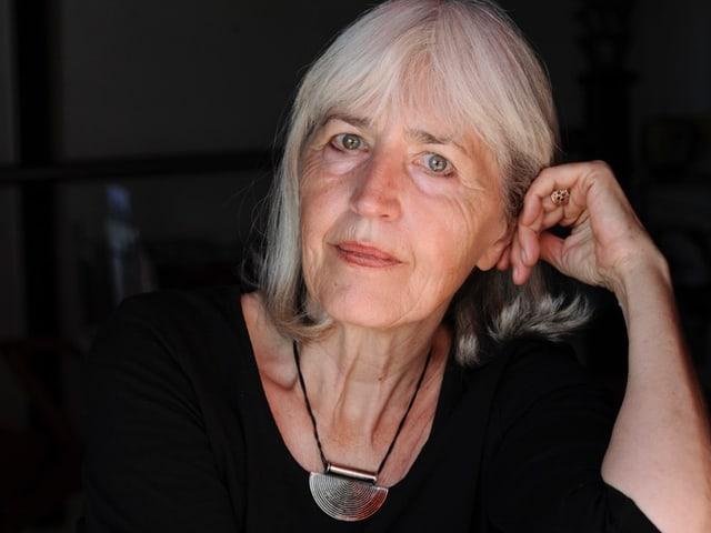 Ursula Pecinska hat graues Haar. Sie trägt ein Medaillon.
