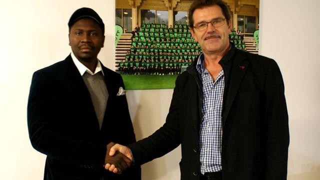 Cyrille Belinda (Camerun) dat il maun a Simon Lutz