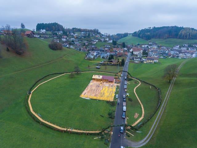 Der Adventskranz - 400 Meter lang - aus der Vogelperspektive.