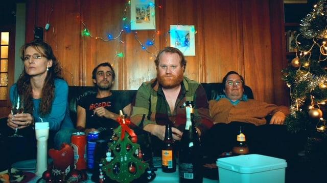 Margrit und Hansjörg Schneuwly (ganz links und ganz rechts) feiern Weihnachten in ihrem Häuschen mit ihren Freunden.