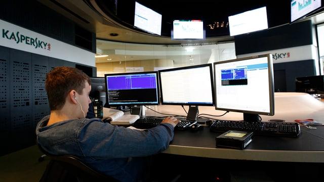 Ein Mitarbeiter der russischen IT-Sicherheitsfirma Kaspersky Lab sitzt am Computer.