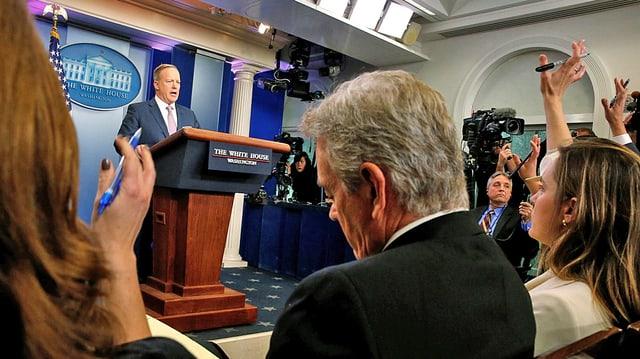 Journalisten im Weissen Haus von hinten fotografiert folgen der Medienkonferenz mit Spicer.