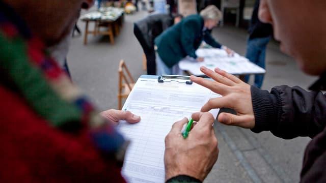 Mann sammelt Unterschriften