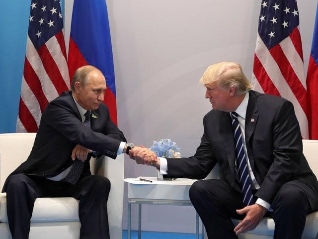 Handschlag von Wladimir Putin und Donald Trump.