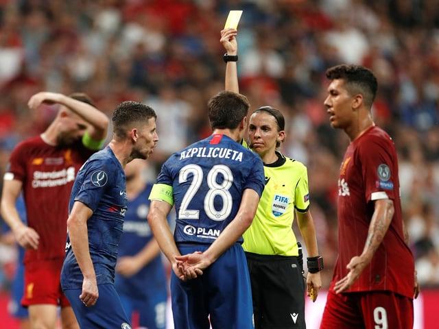 Stéphane Frappart verwarnt Chelseas Cesar Azpilicueta