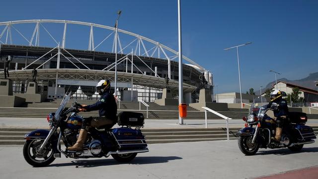 Polizisten patroullieren auf Motorrädern vor dem Olympiastadion in Rio.